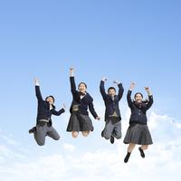 ジャンプする中学生男女