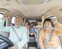 車に乗る三世代家族