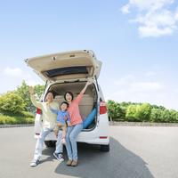 車のトランクに乗る日本人家族