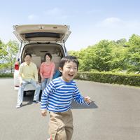 男の子とトランクに座る両親