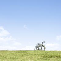 草原に置かれた車椅子 11004109480| 写真素材・ストックフォト・画像・イラスト素材|アマナイメージズ