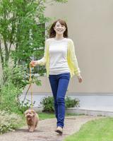 散歩をする女性とトイプードル