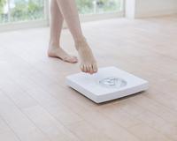体重計と女性の足