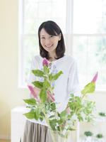 フラワーアレンジをする日本人女性
