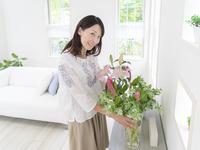 花瓶を持つ日本人女性