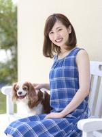 ベンチに座る女性と犬