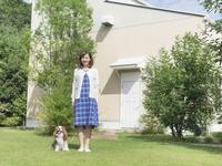 庭に立つ女性と犬