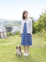 散歩をする女性と犬