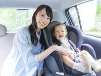 車に乗る母と娘 11004111282  写真素材・ストックフォト・画像・イラスト素材 アマナイメージズ