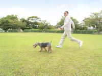 犬の散歩をする中高年男性