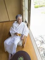 縁側に座る浴衣姿の男性