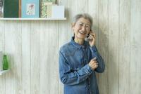 スマートフォンで話すシニア女性 11004112541| 写真素材・ストックフォト・画像・イラスト素材|アマナイメージズ
