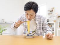 ラーメンを食べる男性 11004113320| 写真素材・ストックフォト・画像・イラスト素材|アマナイメージズ