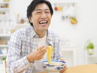 ラーメンを食べる男性 11004113323| 写真素材・ストックフォト・画像・イラスト素材|アマナイメージズ