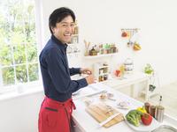 キッチンに立つ男性