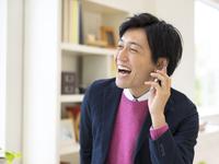 スマートフォンで通話するビジネスマン 11004113384| 写真素材・ストックフォト・画像・イラスト素材|アマナイメージズ