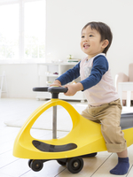 乗物の玩具に乗る男の子