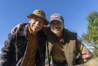 肩を組む2人のシニア男性 11004113784| 写真素材・ストックフォト・画像・イラスト素材|アマナイメージズ