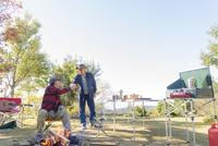 キャンプをする2人のシニア男性