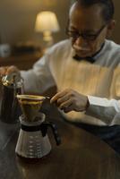 コーヒーを淹れるシニア男性