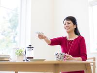 リモコンを持つ女性 11004114259  写真素材・ストックフォト・画像・イラスト素材 アマナイメージズ