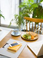 テーブルの上の軽食