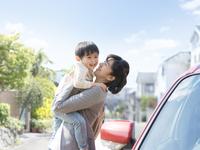 息子を抱く母親 11004114884  写真素材・ストックフォト・画像・イラスト素材 アマナイメージズ