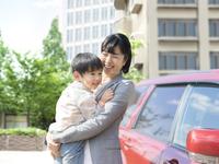 息子を抱く母親 11004114885  写真素材・ストックフォト・画像・イラスト素材 アマナイメージズ