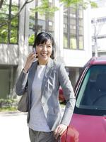 スマートフォンで電話をする女性 11004114886  写真素材・ストックフォト・画像・イラスト素材 アマナイメージズ