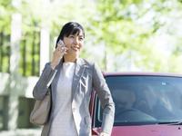 スマートフォンで電話をする女性 11004114887  写真素材・ストックフォト・画像・イラスト素材 アマナイメージズ