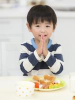 いただきますをする男の子 11004114919  写真素材・ストックフォト・画像・イラスト素材 アマナイメージズ