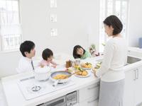 朝食の支度をする家族