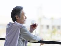 ワイングラスを持つシニア男性