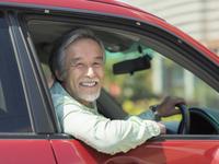 車に乗るシニア男性