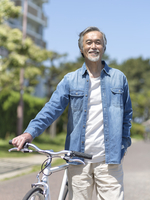 自転車を押すシニア男性