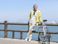 自転車とシニア男性