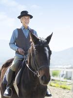 馬に乗るシニア男性