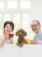 ティータイムのシニア夫婦と犬