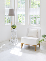 窓辺に置かれた白い椅子