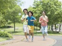 ジョギングする家族