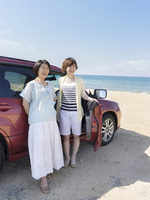 車の横に立つ母と娘