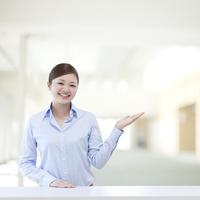 微笑むビジネスウーマン 11004117275| 写真素材・ストックフォト・画像・イラスト素材|アマナイメージズ