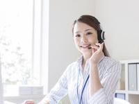 インカムをつけたビジネスウーマン 11004117308| 写真素材・ストックフォト・画像・イラスト素材|アマナイメージズ