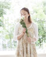 花を嗅ぐ女性
