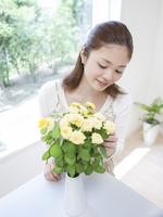 花を見る女性