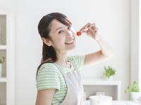 ミニトマトをつまむ女性 11004117470  写真素材・ストックフォト・画像・イラスト素材 アマナイメージズ
