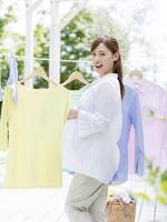 洗濯物を干す妊婦