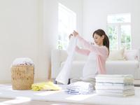 洗濯物をたたむ妊婦