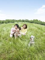 草原で見上げる家族