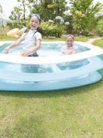 プールで遊ぶ2人の女の子